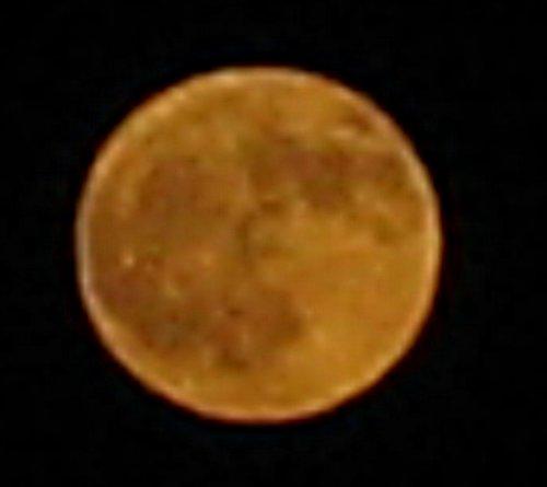 Dit is geen pannenkoek, maar de Maan.